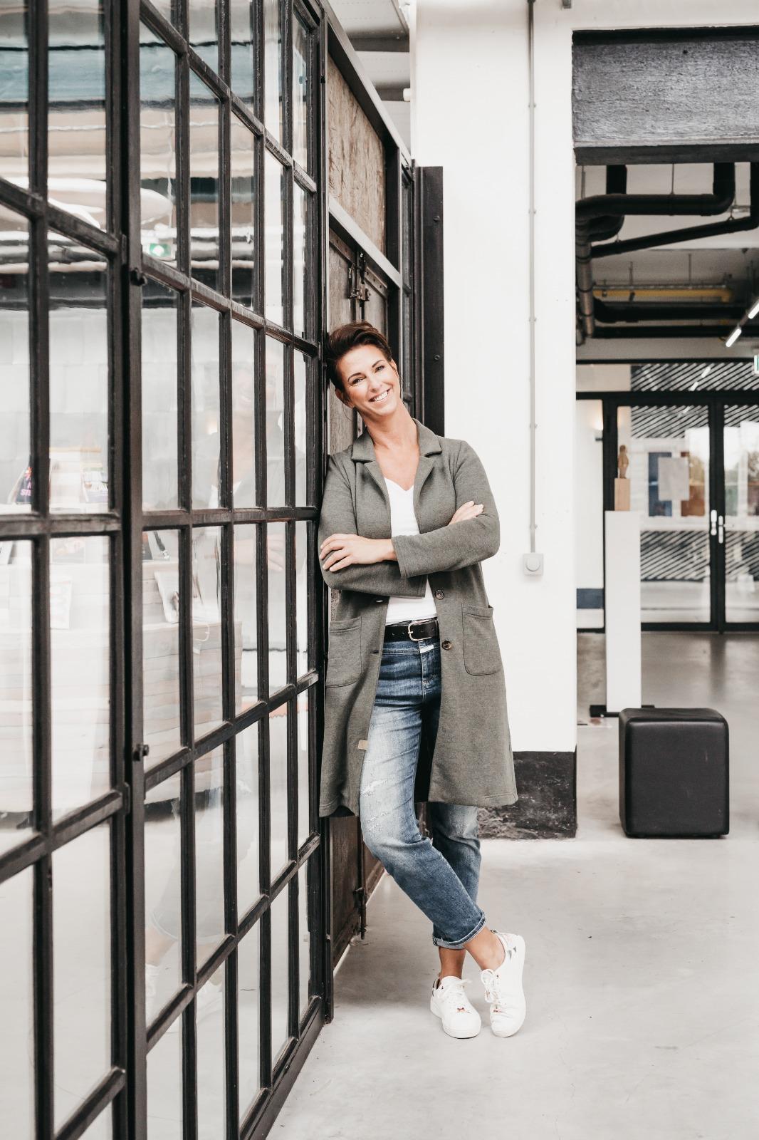 Fotografe Debby van Cleef - staande in haar studio