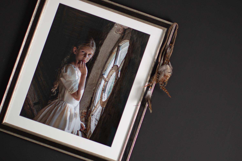 Fine art portret - lijst met foto van jonge vrouw